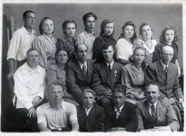 Выпускники 10 класса Юрьевецкой школы рабочей молодёжи. 1952